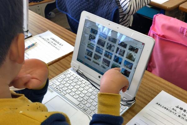 テンプレートに画像を取り込む児童